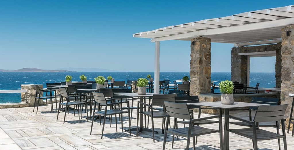 e il bar a bordo piscina vi attende per rinfrescanti cocktail
