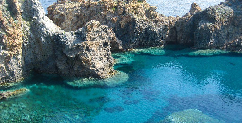 Il mare cristallino è l'ideale per tuffarsi e concedersi una nuotata rigenerante