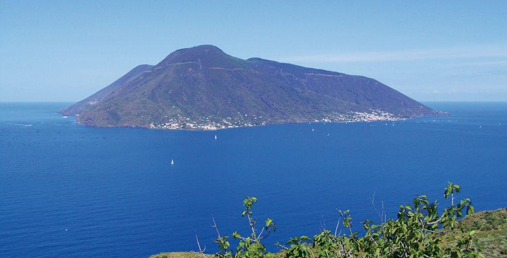 Farete tappa all'isola di Salina, una delle più amate dai turisti