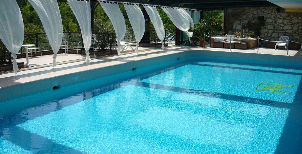 con un'ampia piscina  dove potersi rilassare