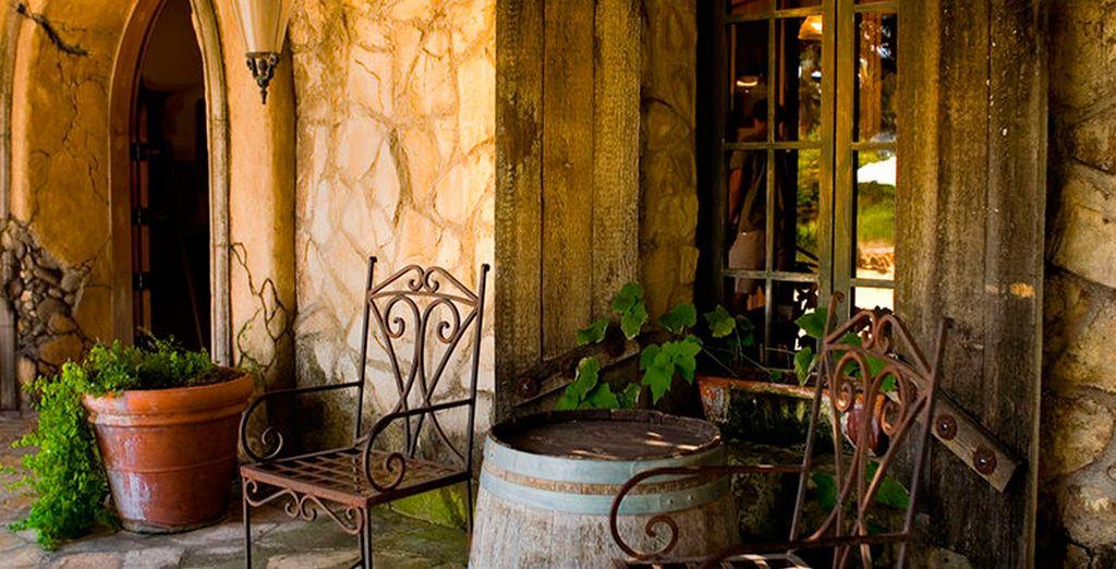 ...e sorseggiate un bicchiere di vino nella tipica cantina