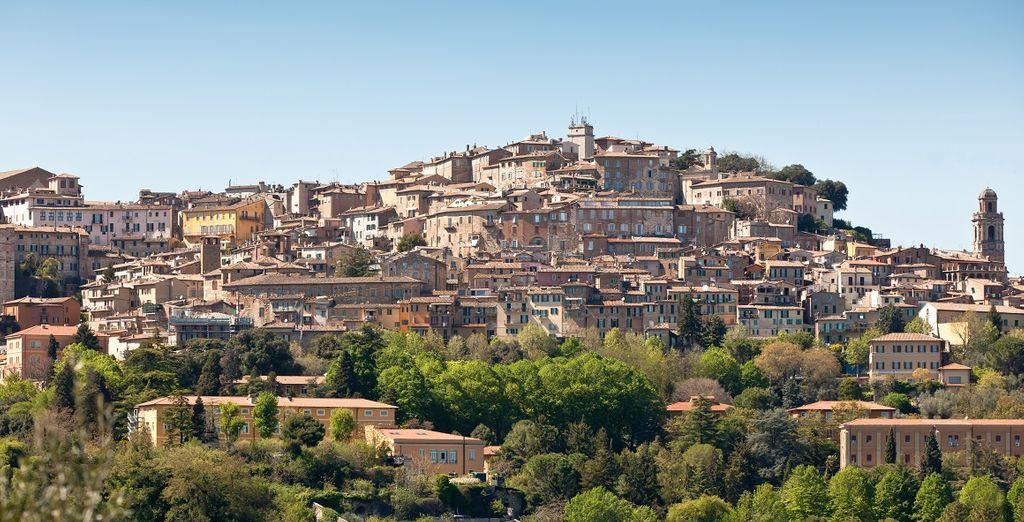 La vicina Perugia è una località incantata,  un grande centro medioevale situato al culmine di una collina