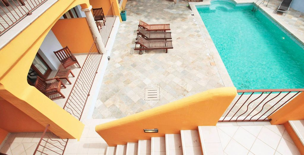 Prendetevi un momento per rilassarvi in piscina