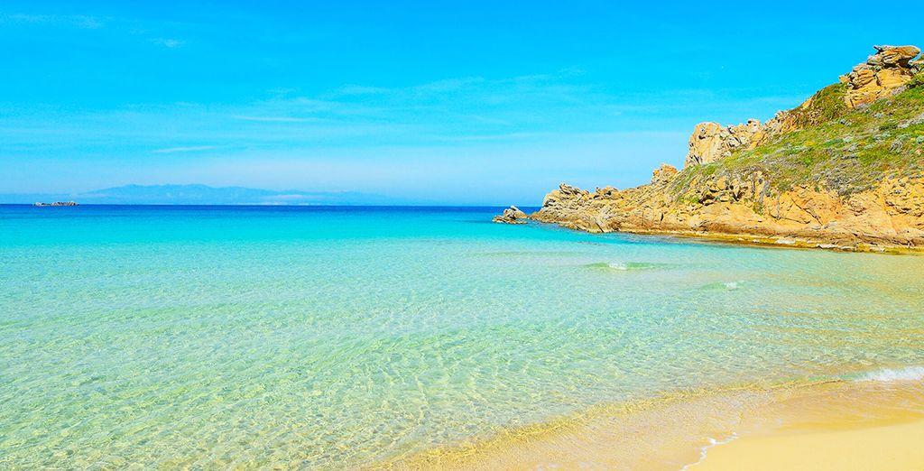 Abbronzatevi poi al sole della spiaggia di Rena Bianca