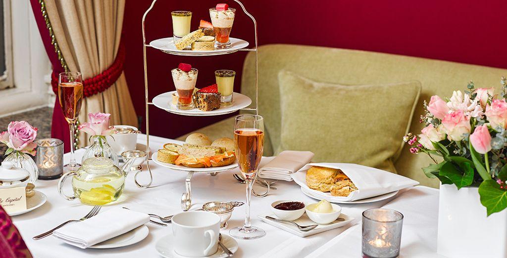 o il tipico Afternoon Tea con le prelibatezze dolci e salate servite sull'elegante alzatina