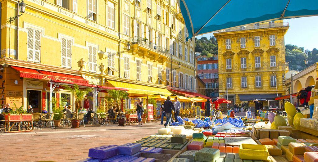 Scoprite la meravigliosa Nizza tra i suoi vicoli e i suoi ristoranti, passando per il famoso mercato dei fiori