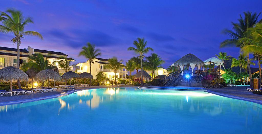 Anche di notte la piscina è ricca di fascino