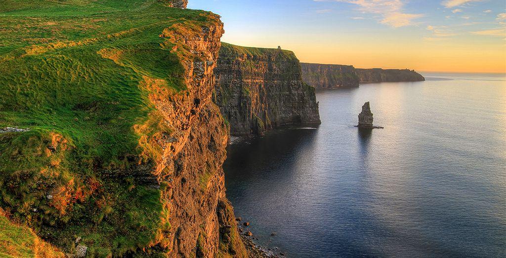 Paesaggio irlandese e vista sull'Oceano Atlantico