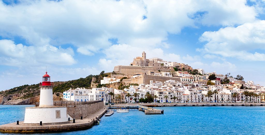Fotografia di Ibiza tra città d'ambiente e spiagge paradisiache