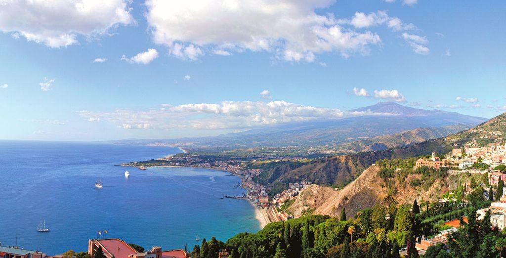 Paesaggio siciliano e verdi montagne a picco sul mare
