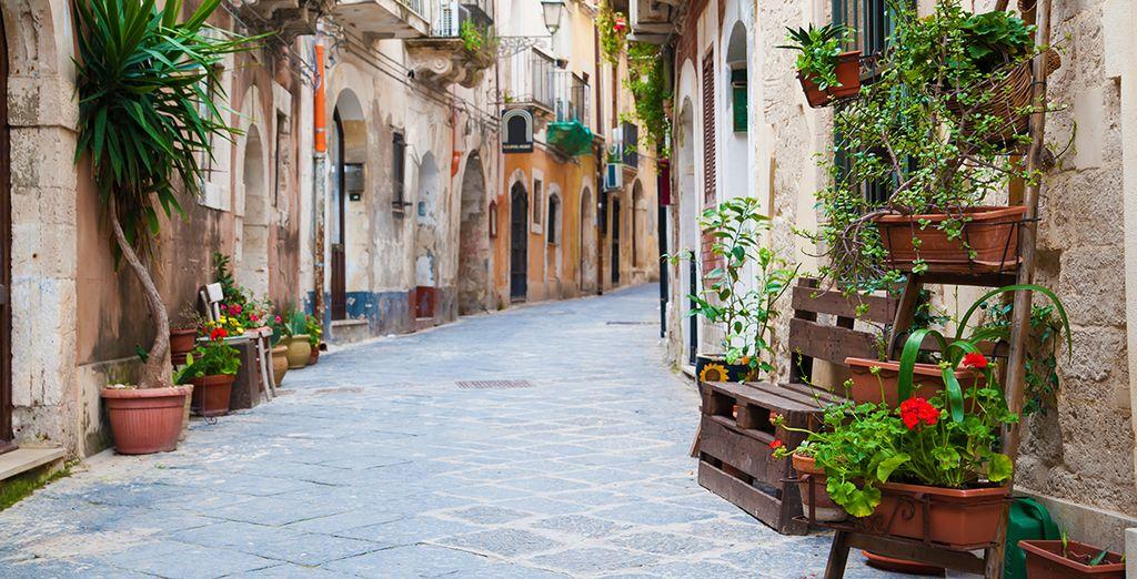 Fotografia dei pittoreschi vicoli di Siracusa in Italia