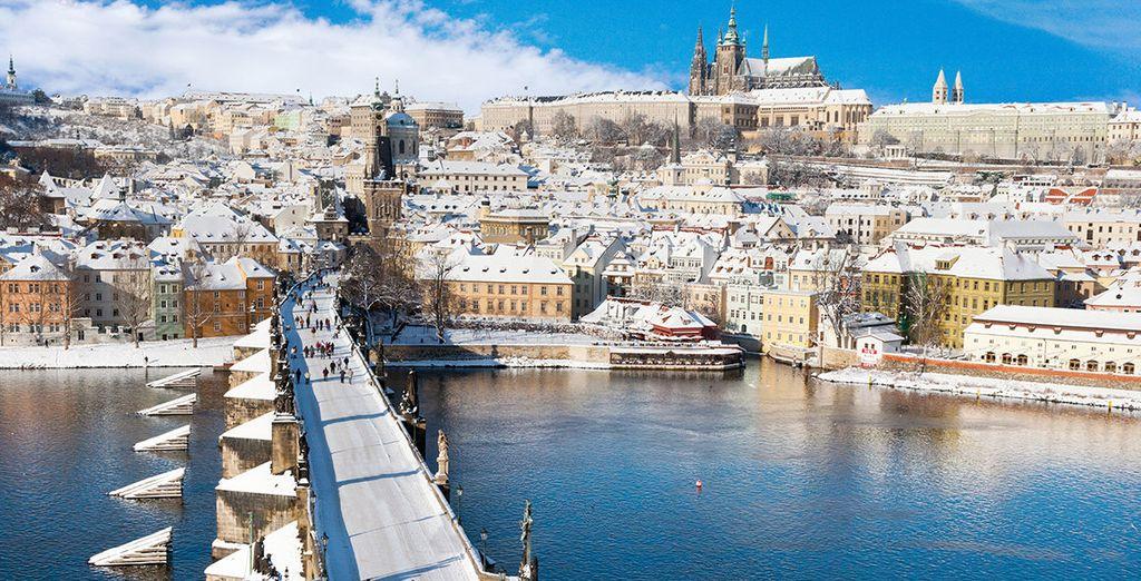 Fotografia della città di Praga in Repubblica Ceca con la neve