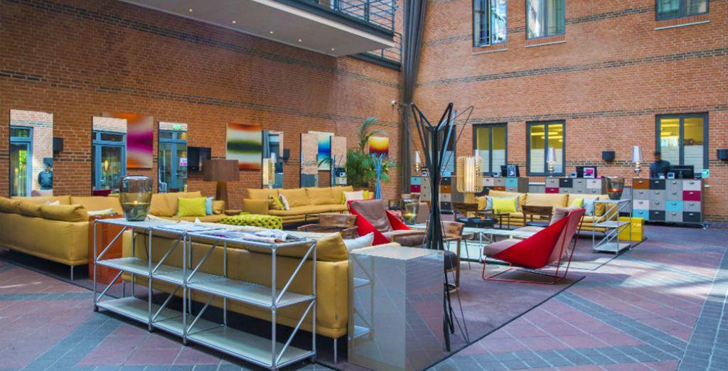 Un moderno hotel vanta ambienti curati in ogni dettaglio