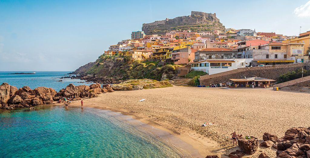 Fotografia di un villaggio colorato nel cuore di Castelsardo in Sardegna