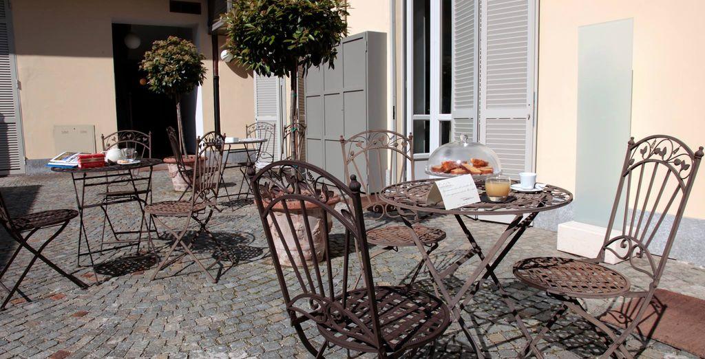 Sorseggiate un drink sui tavolini posti all'esterno del Residence