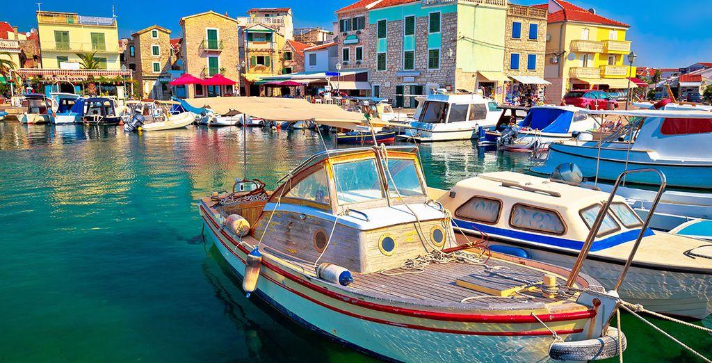 Fotografia della città di Vodice in Croazia, il suo porto e le sue acque turchesi, le sue magnifiche barche e le sue case colorate