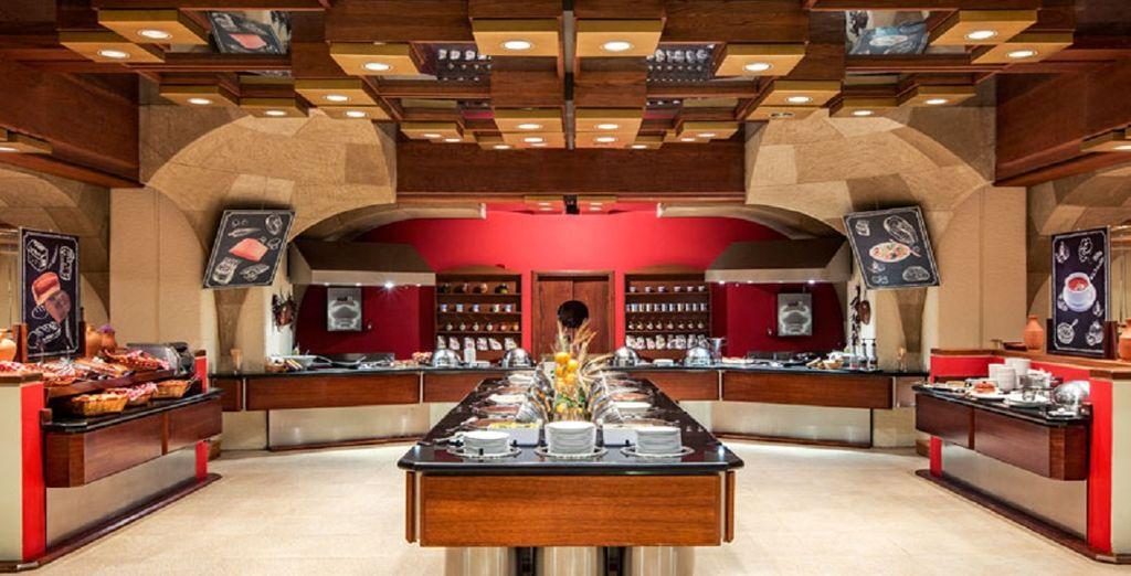 La colazione a buffet del Ristorante Castellania vi sorprenderà, con la sua cucina internazionale.