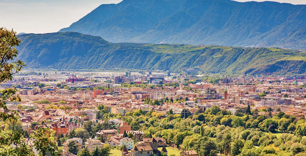 Fotografia della città di Bolzano e delle montagne circostanti