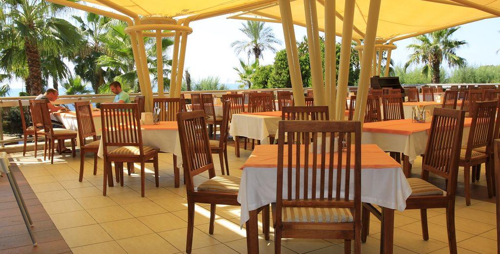 Godete del trattamento di All Inclusive ed assaggiate pietanze locali ed internazionali nei ristoranti messi a vostra disposizione