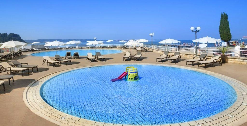 con un complesso di piscine esterne, tra cui una piscina per bambini e una piscina per adulti