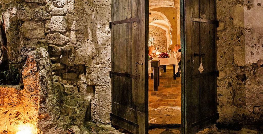 alla cena che verrà servita tra candele, musica classica in sottofondo e camino accesso