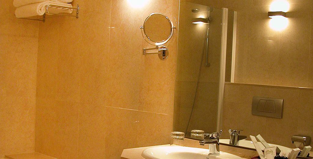 Uitgerust met een complete badkamer