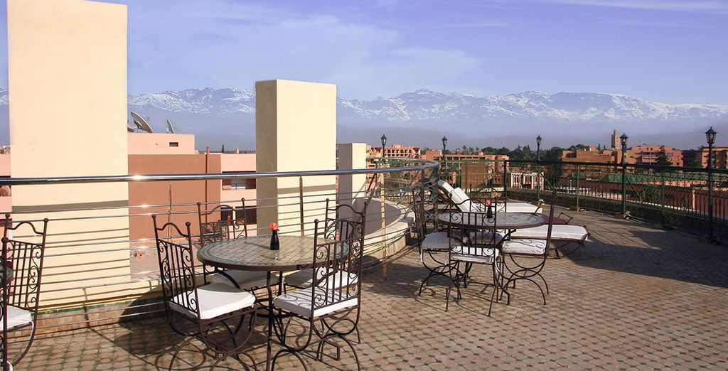 Geniet van het uitzicht op het beroemde Djemaa el Fna plein