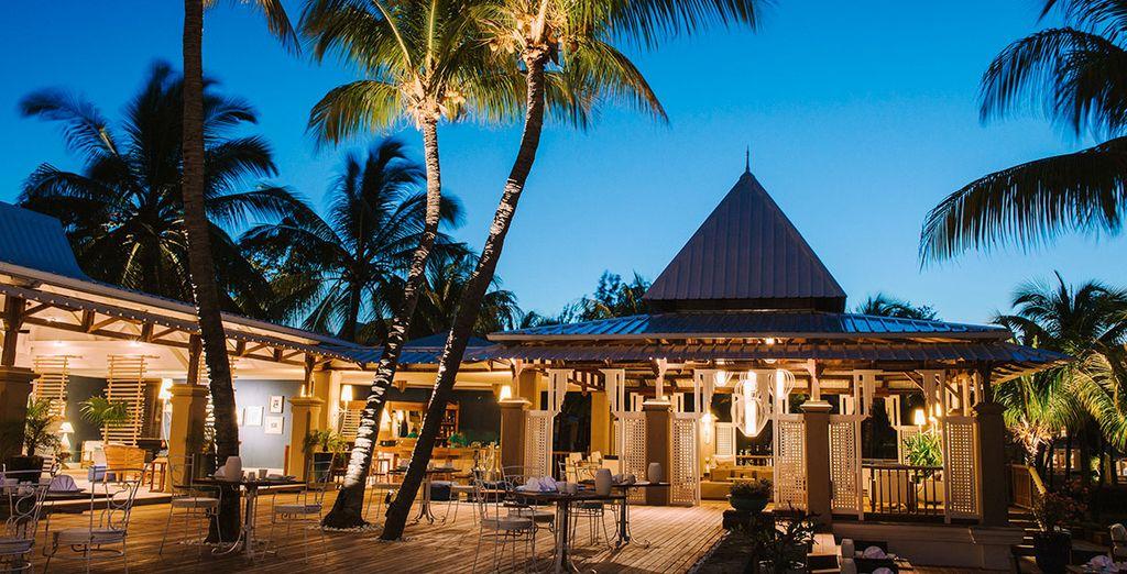 Voordat u bij The Cove restaurant gaat eten in een kokosbos