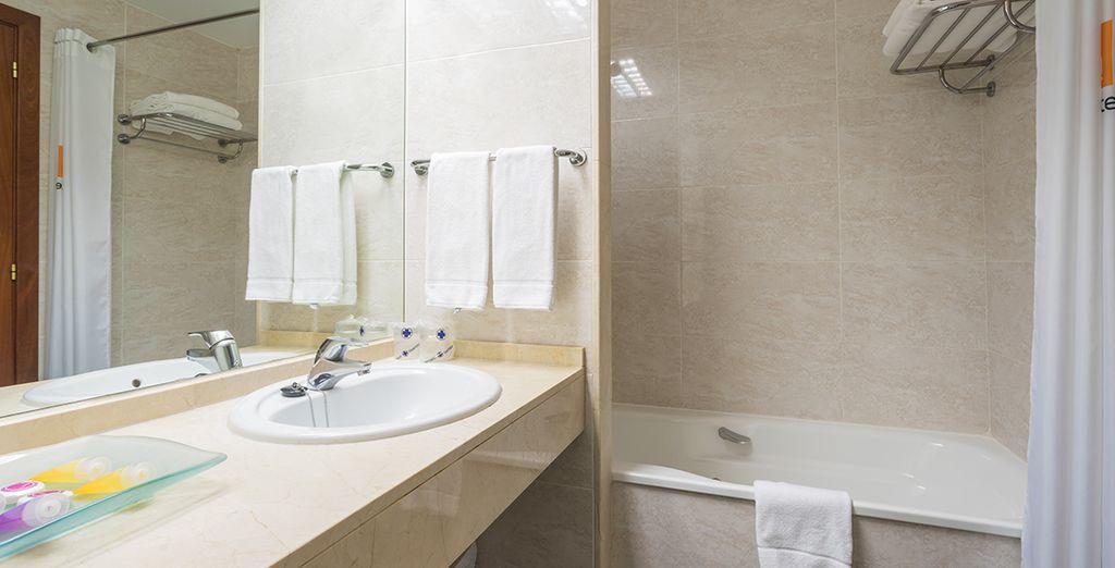 Met volledig uitgeruste badkamer