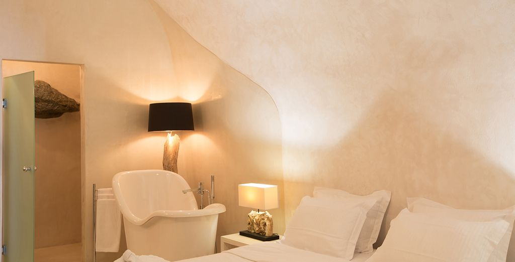 Een romantische kamer met zachte kleuren en een moderne inrichting