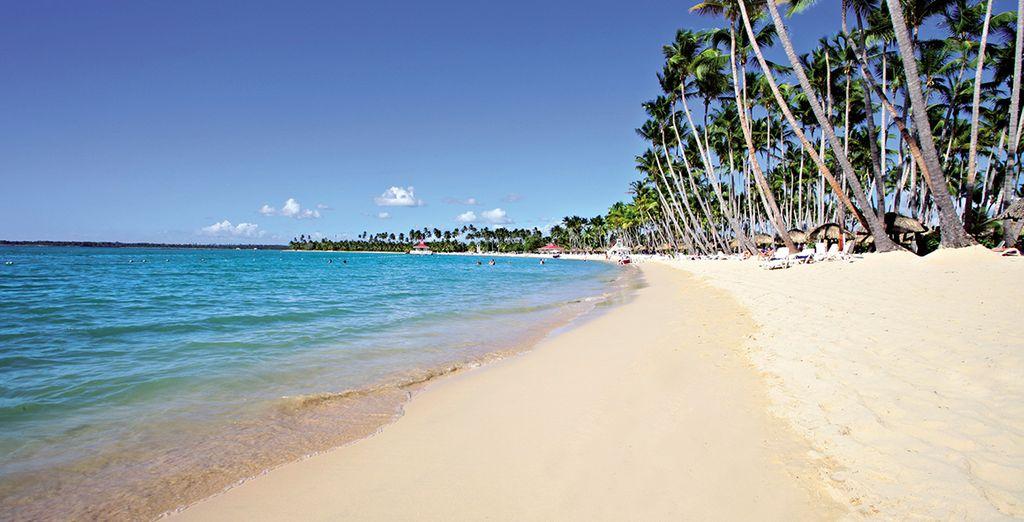 En het sublieme strand dat aan het resort grenst
