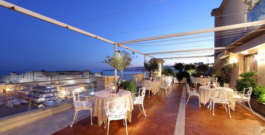 Of neem uw maaltijd op het terras met zicht over de stad