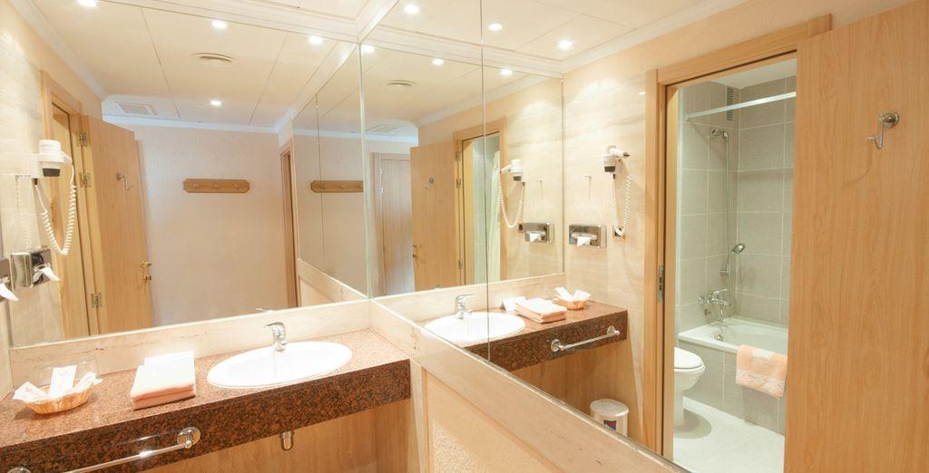 Met volledig uitgeruste badkamers