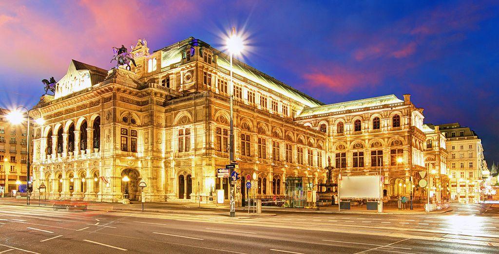 En breng een bezoek aan het prachtige Staatsoperahuis