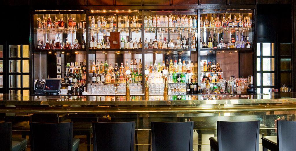 Neem een drankje in Freddy's bar, beroemd om de Bloody Mary...