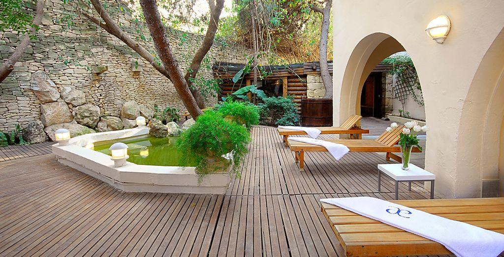 Geniet van een rustpauze op het houten terras van de sauna