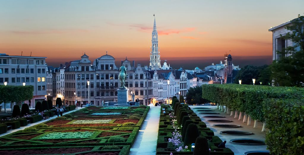 Explore the Grand Palace of Brussels by night