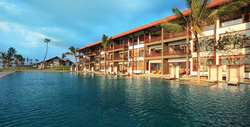 Lounge in the sun by the pool - Anantaya Resort & Spa 4* Chilaw