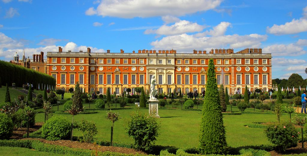 You will be located near cultural delights such as the majestic Hampton Court Palace & Ascot