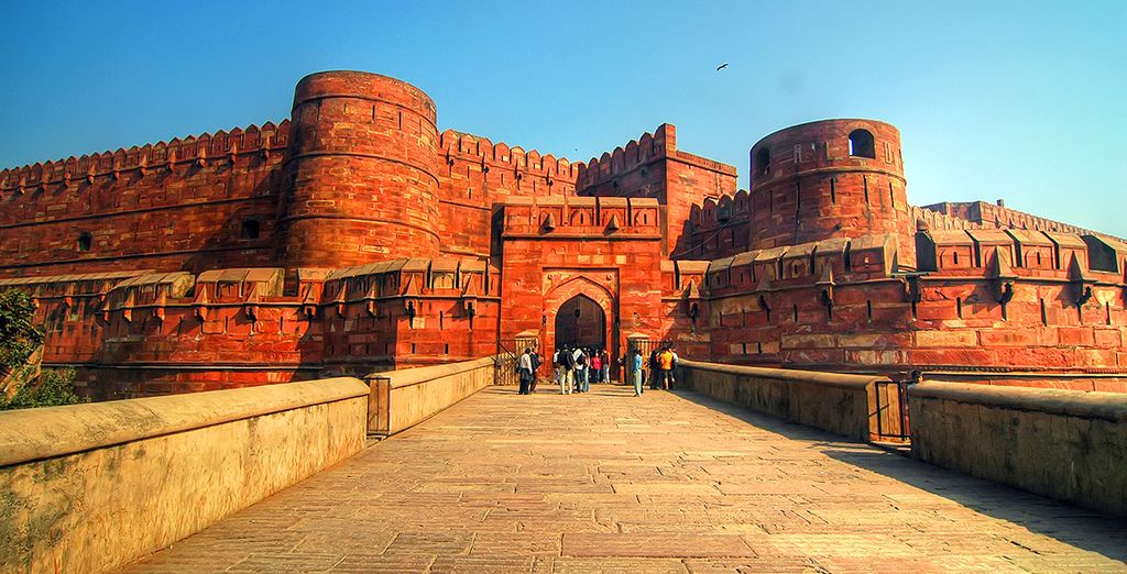 ...Discover the impressive buildings of Agra...