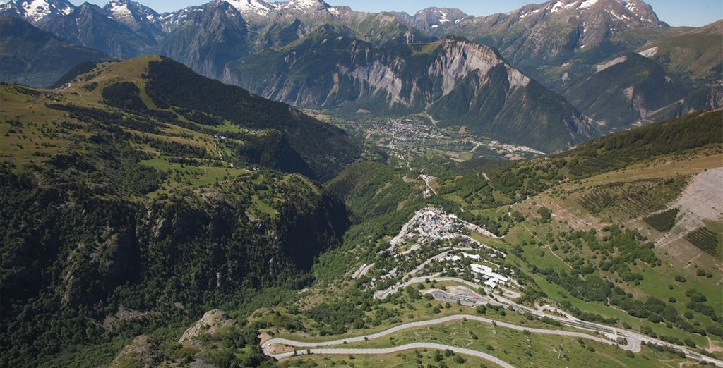 As it reaches the top of the iconic 21 bends